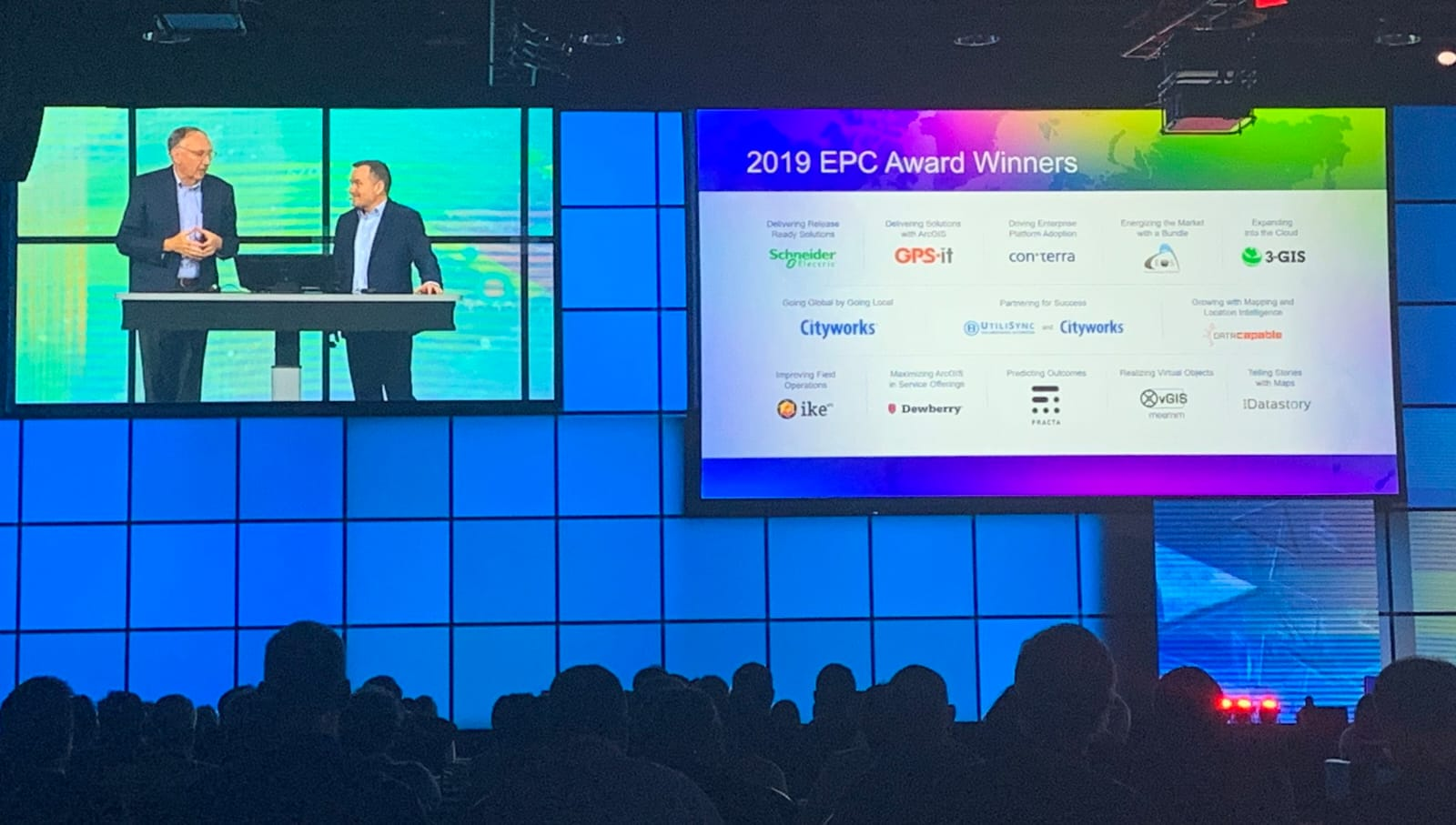 """IMAGE – PRESS RELEASE – 2019 EPC AWARD – Eos Positioning Systems """"Energizing the Market with a Bundle"""" Award Plenary 2019-03-03 17.03.43, Jack Dangermond, Jeffrey Peters"""